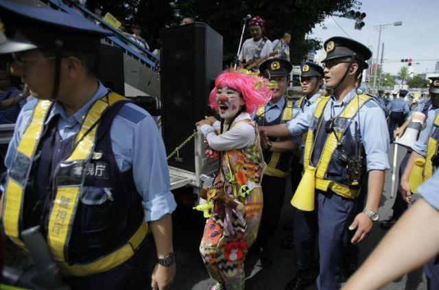 1734157_6_0fac_an-anti-nuclear-protester-dressed-as-a-clown-is_4d03035a195297234fa32c47e4d1a792