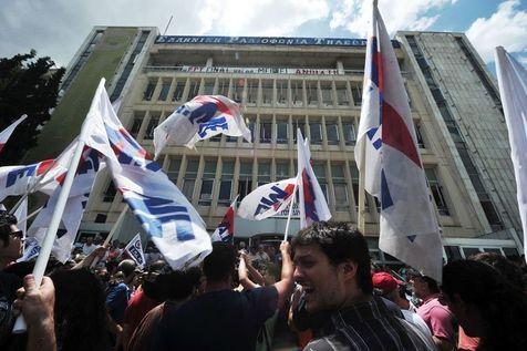 526933-des-manifestants-se-rassemblent-devant-le-siege-de-la-chaine-publique-grecque-ert-le-12-juin-2013-a-