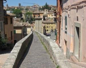 aombrie-aqueduc-romain-est-devenu-un-trottoir-dans-la-ville-de-perouse-en-italie