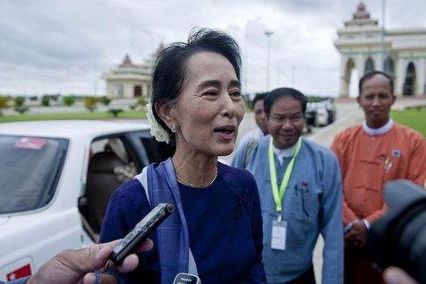 aaung-san-suu-kyi-c-repond-aux-journalistes-avant-une-session-parlementaire-le-1