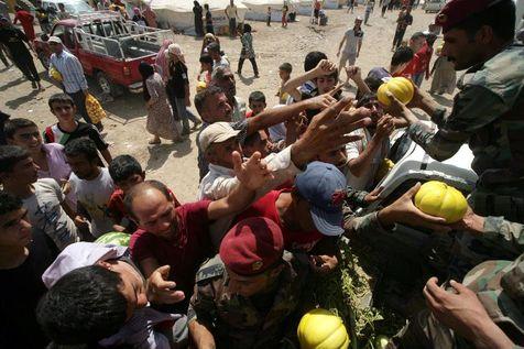 akurdes-syriens-recuperent-des-denrees-alimentaires-le-17-aout-2013-dans-le-camp-de-refugies-de-q