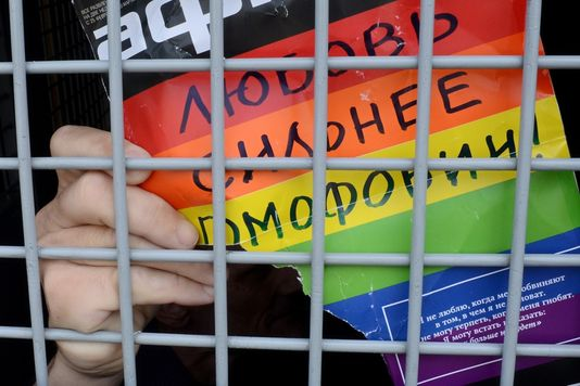 alemonde3463226_7_7ddb_un-militant-gay-dans-un-fourgon-de-police-apres_1c6ac96496204f71d34498b26bc973ac