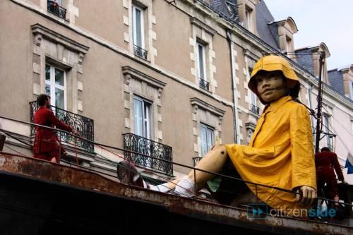alnantesa-petite-geante-navigue-dans-les-rues-de-nantes