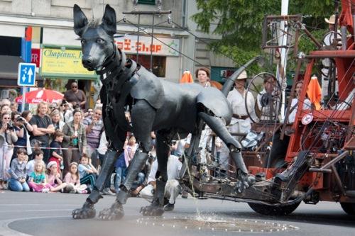 anantes chien pete géanteRoyal-de-Luxe-El-Xolo-qui-pisse