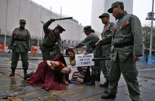 alemonde_des-manifestants-deguises-en-soldats-chinois_0edddae81c557e61fcd90eb89ce28538