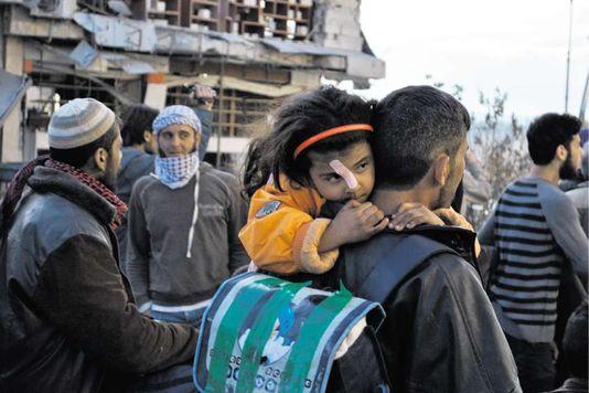 alemonde1_des-civils-syriens-evacues-lors-d-une_3d6130a2f6caf31a2f4c84dbed717b5c