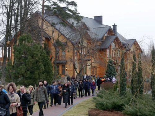 aukraine-walk-on-the-grounds-of-the-mezhyhirya-residence-of-ukraine-s-president-viktor-yanukovich-in-the-village-novi-petrivtsi-outside-kiev-1_4787347