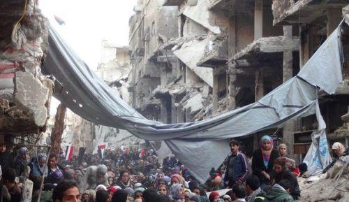 adamascamp-palestinien-de-yarmouk-encadres-par-des-membres-de-la-croix-rouge-syrienne-attendent-de-l-aide-alimentaire-le-1er-fevrier-2014-au-sud-de-damas_4719915