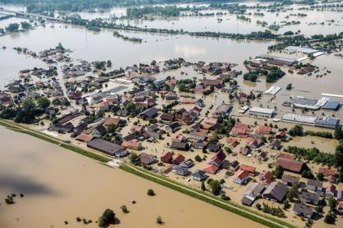 ainondat605628_vue-aerienne-de-deggendorf-dans-le-sud-de-l-allemagne-le-5-juin-2013