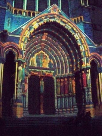 achartres-light-show-cathedral-portal
