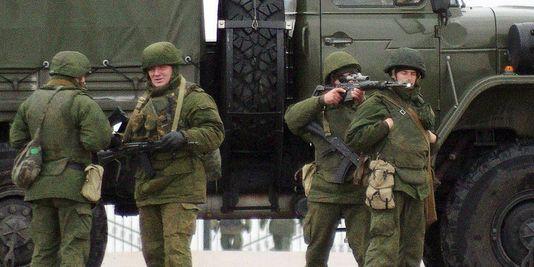 alemonde_des-hommes-armes-sans-uniforme-distinctif-sur_257aa304a05c8fd8d603d26932cd73c7
