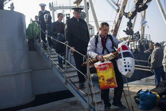 alemondedes-marins-et-officiers-ukrainiens-quittent-la_ff668cfadb0a5e8696ea1b25737a5c70