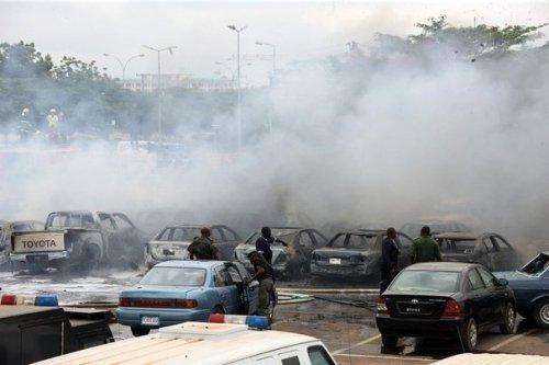 anigeria attentat-vehicules-endommages-par-l-explosion-d-une-bombe-le-16-juin-2011-a-abuja-au-nigeria