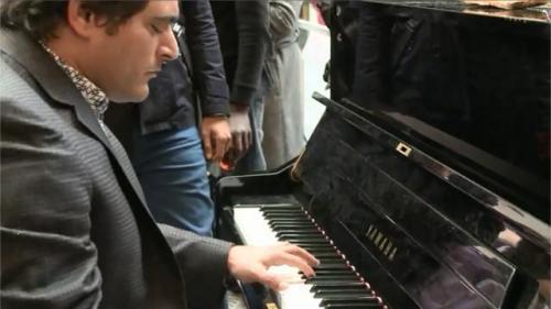 amalek jandaliun-pianiste-virtuose-joue-pour-homs-la-gare-saint-lazare