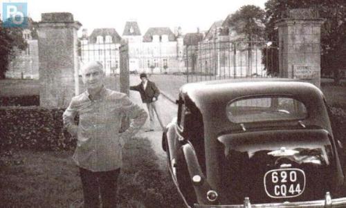 amuséelouisde-funes-devant-le-chateau-de-clermont