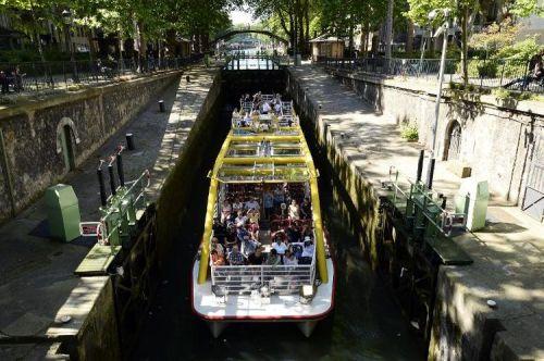 aécluse 651193-un-bateau-dans-une-ecluse-du-canal-st-martin-a-paris-le-6-juin-2014