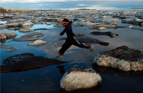 aarticqueenfant-inuit-saute-glace