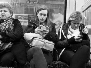 alemonde smartphonesjeunes-filles-envoient-texto-metro