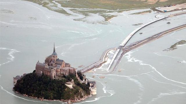 amont-saint-michel_la-maree-encercle-le-rocher-une-premiere-depuis-1879