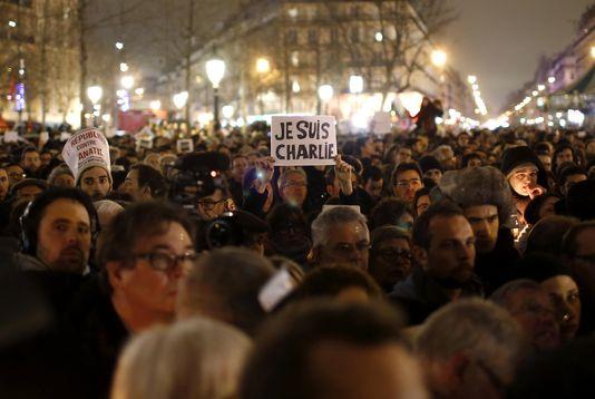 alemonde edito charlieun-homme-tient-une-pancarte-je-suis-charlie_a3c7ae46209c4b830f9ae9474b1e94d0
