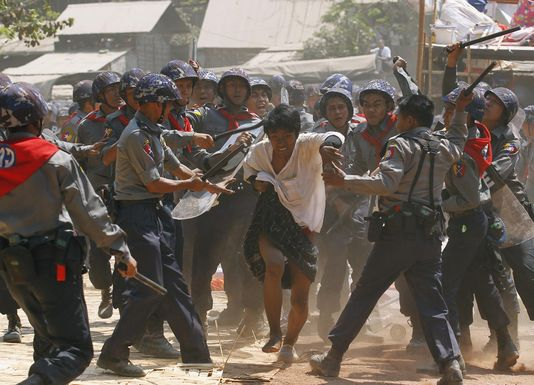alemonde bimanie4590417_5_cba9_des-policiers-birmans-frappent-des_3jpg