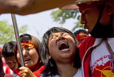 alemonde Birmaniemanifestants-en-larmes-face-aux-policiers_bf96a199c501939ff173dedaf2135614