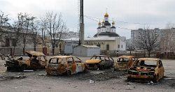 aukraine Marioupoldes-voitures-calcinees-a-la-suite-d-un-bombardement-le-25-fe_1968537