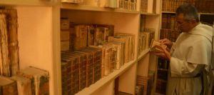 le-pere-mikhail-najeeb-dans-la-bibliotheque-des-dominicains-de-mossoul_5267911