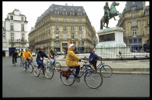 BIKE RIDE IN  PARIS FOR THE JAPANESE