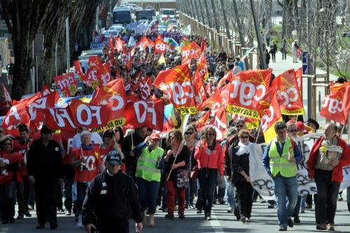 aRodezun-millier-de-manifestants-anti-austerite-800-selon-la_935815_500x333p