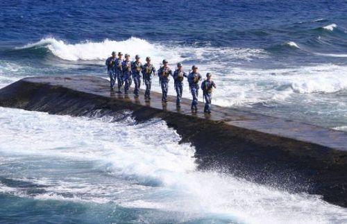 1341964_6_faeb_des-soldats-de-la-marine-chinoise-patrouillent