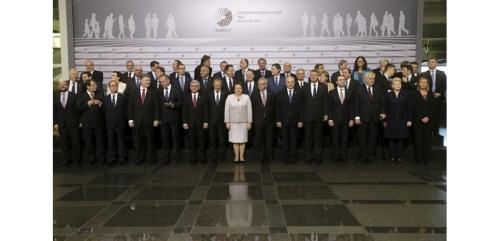 """Les chefs d'Etat et de gouvernement de l'Union européenne et de six anciennes républiques soviétiques, réunis vendredi à Riga dans le cadre d'un sommet du """"Partenariat oriental"""", ont promis de coopérer dans l'intérêt de la paix et de la sécurité dans le monde. /Photo prise le 22 mai 2015/REUTERS/Ints Kalnins"""