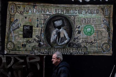 aethiqueun-homme-passe-devant-un-graffiti-detournant-un-billet-de-1-_2092060