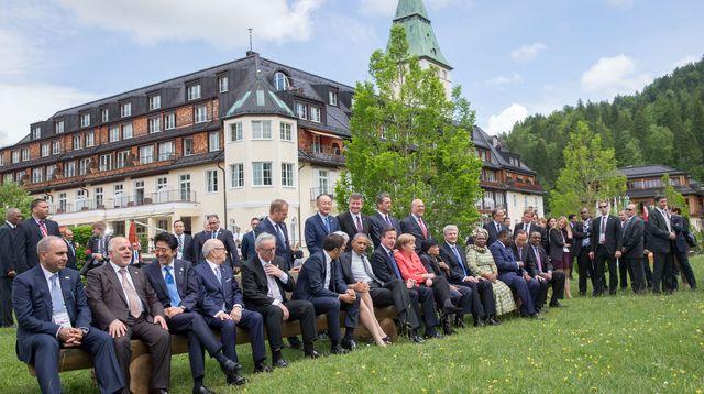agèeants-reunis-au-sommet-du-g7-en-baviere-posent-pour-les-photographes-dans-le-parc-du-chateau-d-elmau-pres-de-garmisch-partenkirchen-le-8-juin-2015_5354213