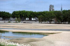 aloire-basse-banc-de-sable-cailloux-secheresse-chaleur-ete_2196197