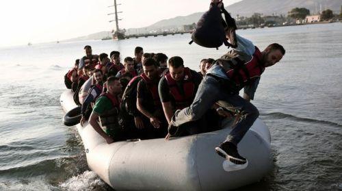amigrants-arrivent-sur-l-ile-de-kos-a-bord-d-un-bateau-le-14-aout-2015-en-grece_5397589