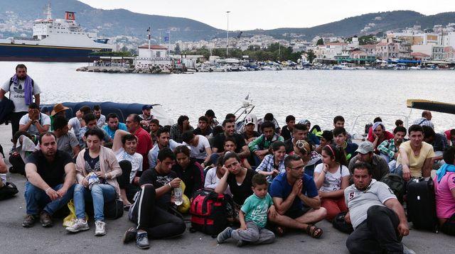 amigrants-syriens-attendent-d-etre-enregistres-sur-le-port-de-mytilene-sur-l-ile-de-lesbos-en-grece-le-18-juin-2015_5364595