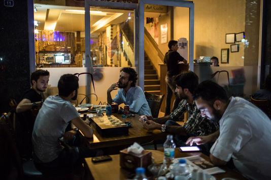 4769233_6_04ba_des-refugies-syriens-dans-un-cafe-de_6b4b15c3c214d400a84cca4b8242e9df