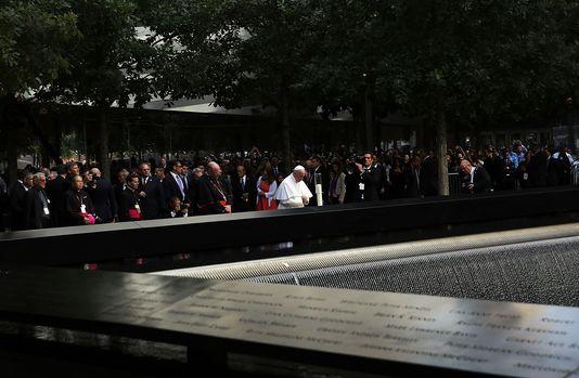 4772773_6_3f8f_le-pape-francois-est-recueilli-au-memorial_70f43d08fb6c7bcf252afae8ed849215