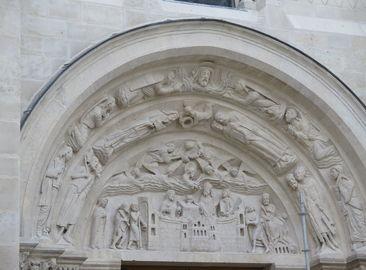 Details de la facade de la basilique renovee. Rose avec horloge, tympan, statues des rois