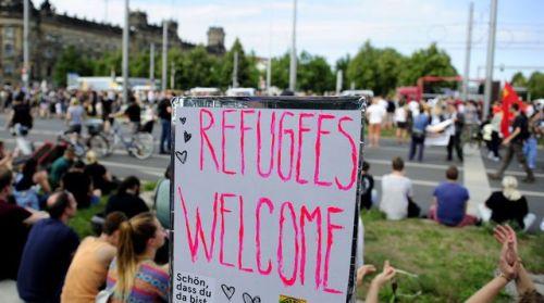 aallemagnedes-militants-anti-racistes-derriere-une-pancarte-bienvenue-aux-refugies-a-dresde-le-29-aout-2015_5405627