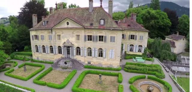 C'est une vente aux enchères extraordinaire qui va se dérouler début septembre à Genève : le château d'Hauteville et ses 1.600 objets cherchent de nouveaux propriétaires.