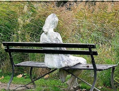 abanc-Femme-assise-dans-le-parc-de-la-fondation-Giannada