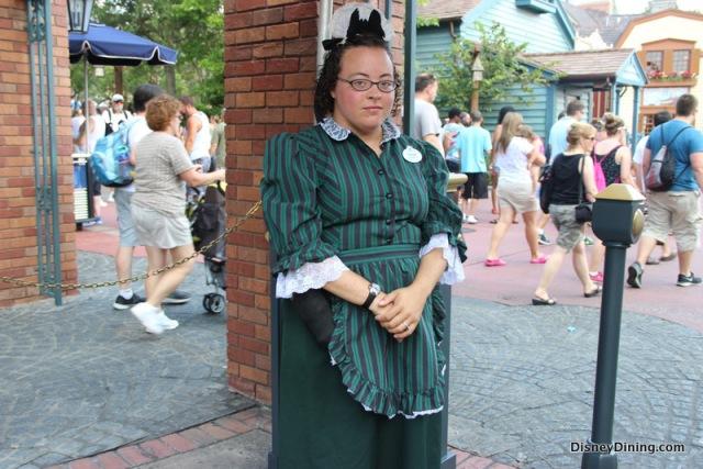 10_-Haunted-Mansion-cast-member-at-entrance-liberty-square-magic-kingdom-walt-disney-world