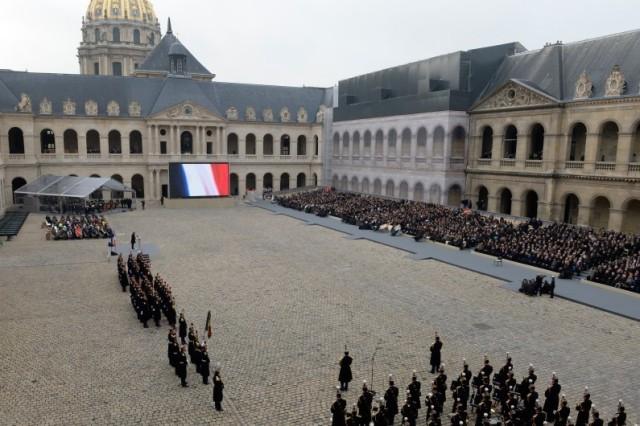 7780658191_une-vue-de-la-cour-des-invalides-lors-de-l-hommage-national-et-solennel-aux-victimes-des-attentats-du-13-novembre-2015
