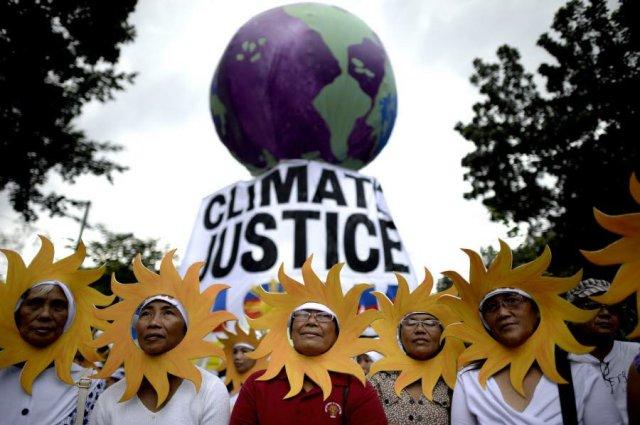 aclimat-personnes-ont-defile-ce-samedi-a-manille-aux-philippines-frappees-regulierement-par-des-cyclones-attribues-au-dereglement-climatique-photo-afp-1448734281