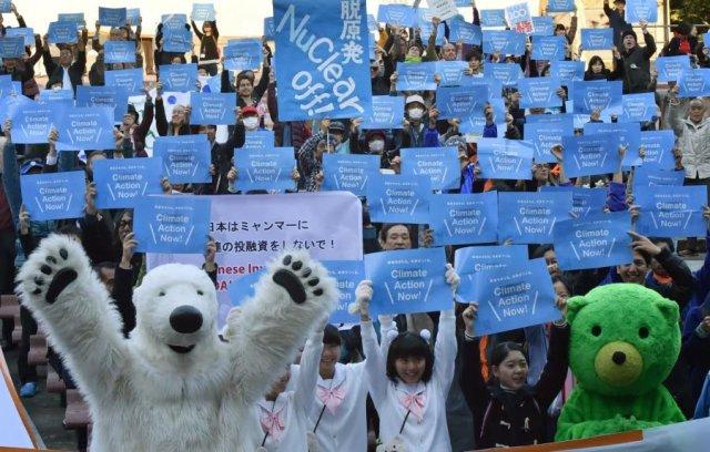 aclimata-tokyo-au-japon-certains-manifestants-se-sont-deguises-en-ours-polaire-dont-la-survie-est-menacee-par-le-rechauffement-climatique-photo-afp