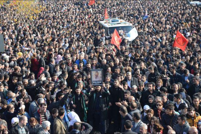 aturquie foule50-000-personnes-ont-rendu-un-dernier-hommage-a-l-avocat-tue-samedi