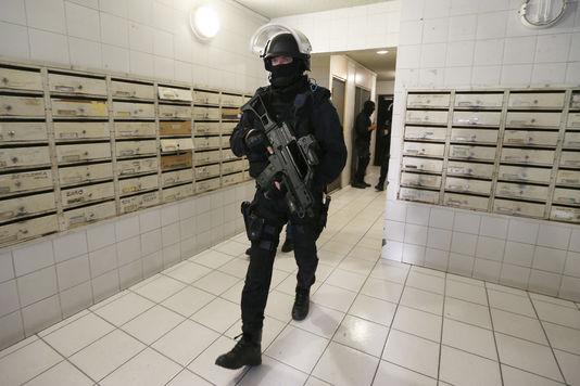 4831273_7_8f9a_un-policier-dans-le-hall-d-un-immeuble-lors_6bb277b272dfff62a2d94c0786940836