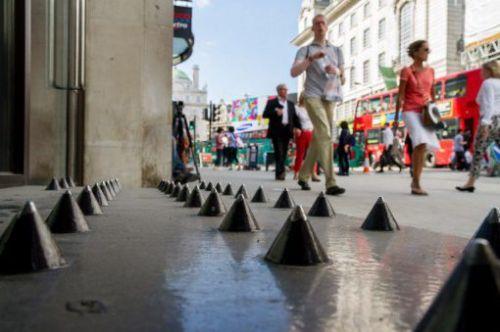 alondresPiques-anti-SDF-devant-magasin-Londres